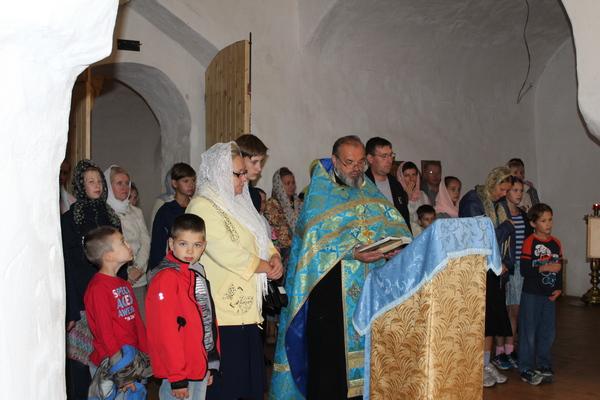 После встречи с несовершеннолетними осужденными священнослужитель провел молебен учащих и учащихся, приуроченный к празднованию главного осеннего праздника - Дня Знаний.